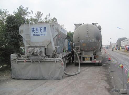 安徽五河冷再生施工现场水泥撒布
