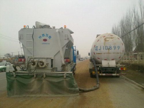 辽宁阜新冷再生施工现场水泥撒布